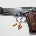Justitieministern fumlar med pistolen